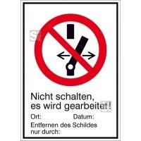 Elektrokennzeichnung / Kombischild mit Verbotszeichen und Zusatztext, Nicht schalten, es wird gearbeitet!