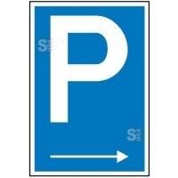 Parkplatzschild mit Richtungspfeil rechts